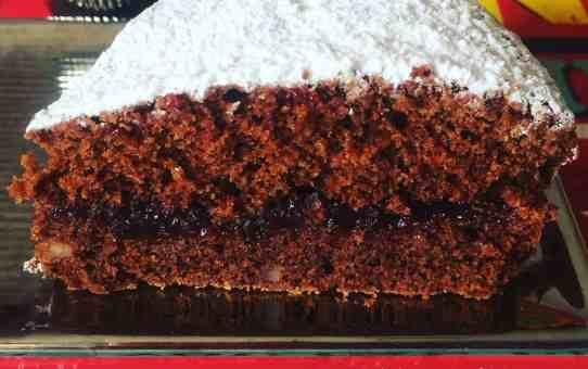 Torta di albumi al cioccolato con confettura di ciliegie