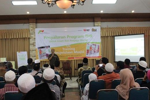 YMN Salurkan THR Untuk Imam Masjid 1