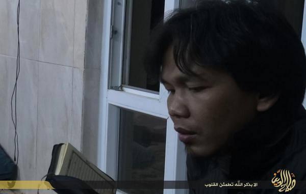 Hanzhalah tengah memegang mushaf, membaca Al-Qur'an