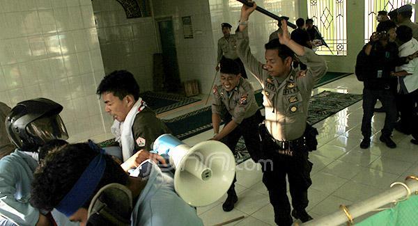 Anggota kepolisian dari Polresta Pekanbaru secara brutal mengejar dan memukuli mahasiswa di dalam musholla tanpa melepas alas kaki. Foto: JPNN