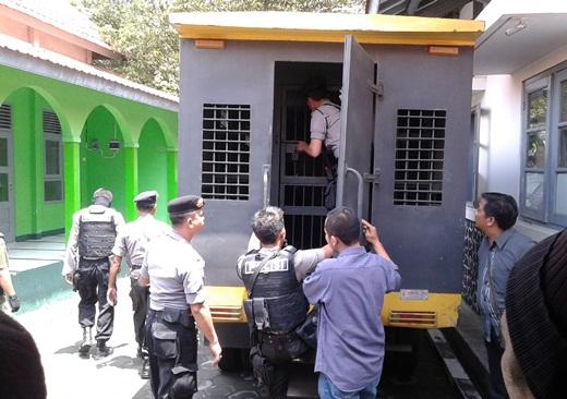 Agus Junaedi Dimasukkan ke Mobil Tahanan Polisi