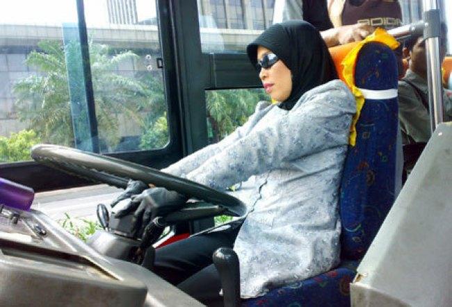 wanita supir bus
