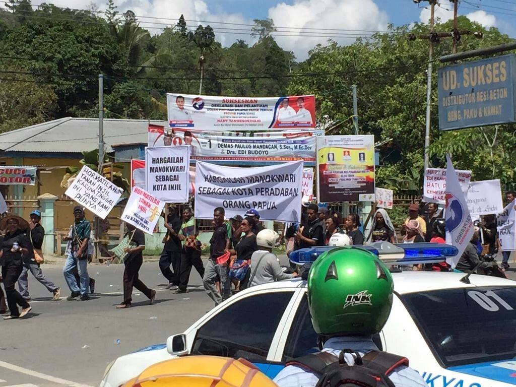 Bendera partai Perindo di tengah massa Kristen yang berdemo