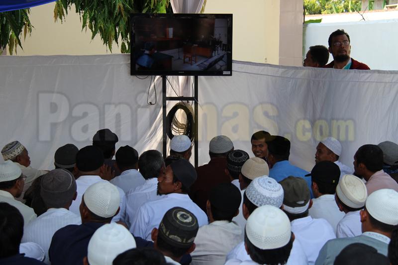 Aktivis Islam menyaksikan sidang PK Ustadz Abu Bakar Ba'asyir melalui layar televisi