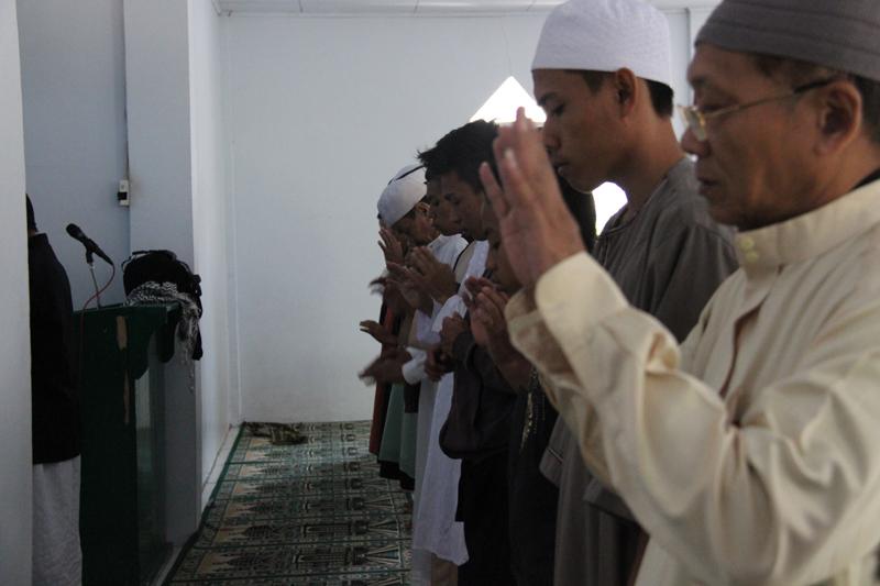 Shalat Gerhana di masjid muthmainnah