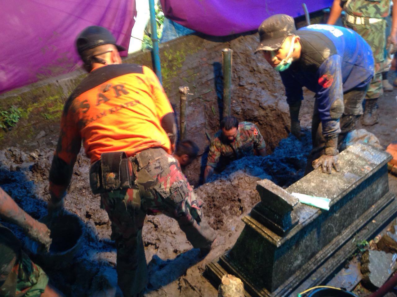 Penggalian makam untuk autopsi jenazah Siyono