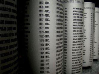 Pomnik ku czci zabitych dzieci w czasie oblężenia Sarajewa. Lista poległych.