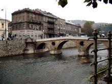 Most Łaciński (Latinska Cuprija). To tutaj miał miejsce zamach na następcę tronu arcyksięcia Franciszka Ferdynanda. W następstwie tego wydarzenia rozpętała się I Wojna Światowa. Po drugiej stronie rzeki budynek muzeum tego wydarzenia.
