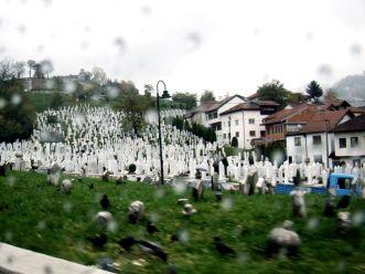 W drodze na wzgórza, mijamy cmentarz.