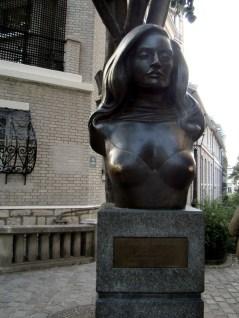 Popiersie wielkiej gwiazdy francuskiej piosenki Dalidy na placu jej imienia