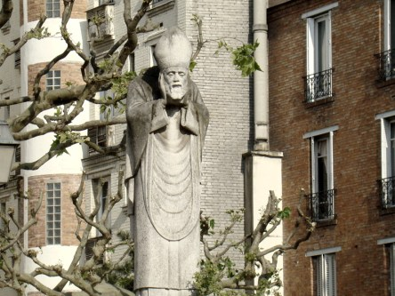Skwer Suzanne Buisson- pomnik św Dionizego wg legendy który trzyma w dłoniach swoją ściętą głowę