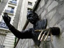 """Rzeźba """"Le Passe-Muraille"""" (człowiek który przechodzi przez ściany), Plac Marcel-Aymé przy Rue Norvins"""