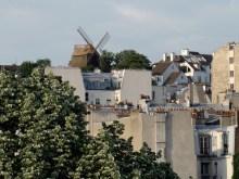 Widok na dachy Montmnartre. W tle Moulin de la Galette