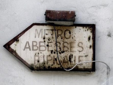 Stary drogowskaz do stacji metra Abbesses