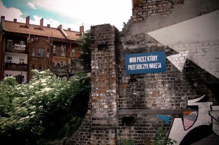 Tablica w miejscu w którym Lech Wałęsa dostał się do stoczni podczas strajku w 1980 r.