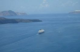 Morski wycieczkowiec obrał kurs na Firę . Głębokość wody pod kilem wynosi ponad 300 metrów. Na horyzoncie bieli się miasto Oia