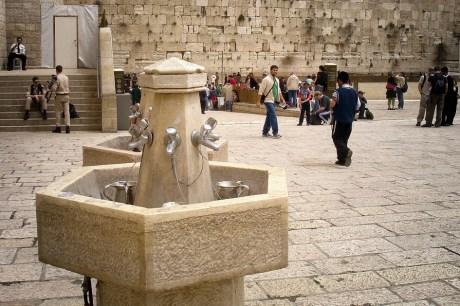 JEROZOLIMA- Plac pod Ścianą Płaczu- studnie do rytualnego mycia rąk za pomocą specjalnych naczyń z dwoma uchwytami.