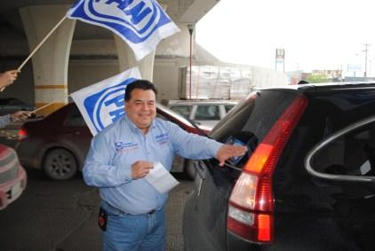 Braulio Martínez llevó a cabo el pegoteo de calcas en Apodaca.