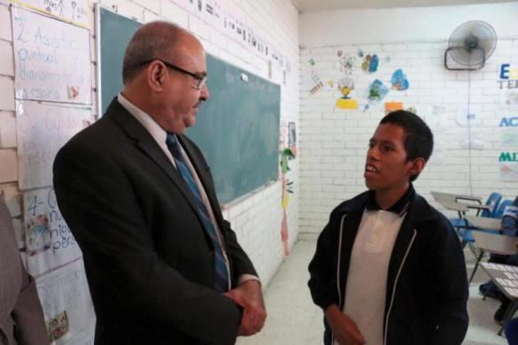 El dirigente sindical platica con un alumno del CAM