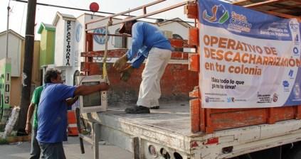 Retiran basura de calles y patios de las casas