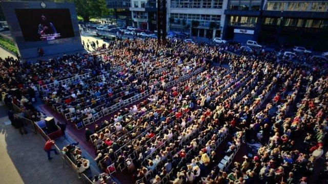 Más de 4000 personas disfrutaron la función de La Traviata en la pantalla gigante de Plaza Vaticano
