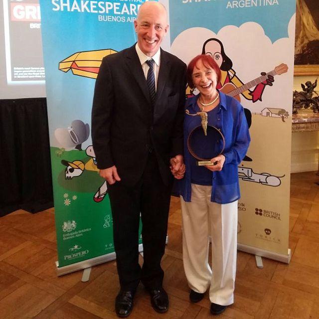 Lía Jelin recibe el premio Shakespeare 2018 en la Embajada Británica en Buenos Aires