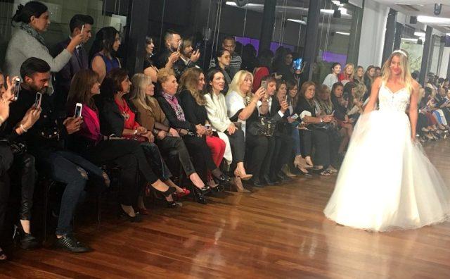 Mica Viciconte de novia en la pasarela de Cosano y Fabián Cubero en primera fila