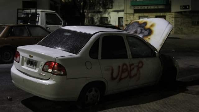 Otra noche de ataques de los #CazaUber en Buenos Aires, al menos cinco autos incendiados