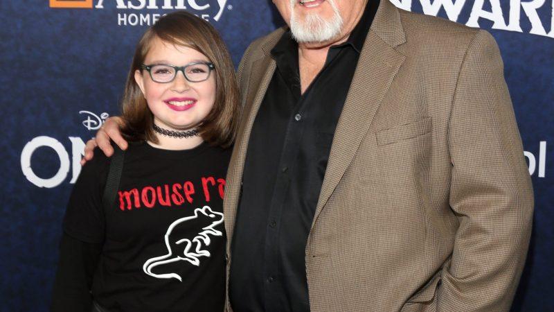 John Ratzenberger (R) en El Capitan Theatre en Hollywood
