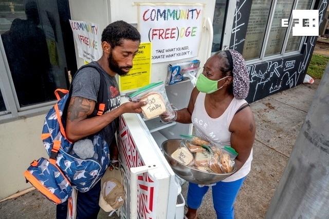 Neveras comunitarias contra el hambre pueblan las calles de Miami
