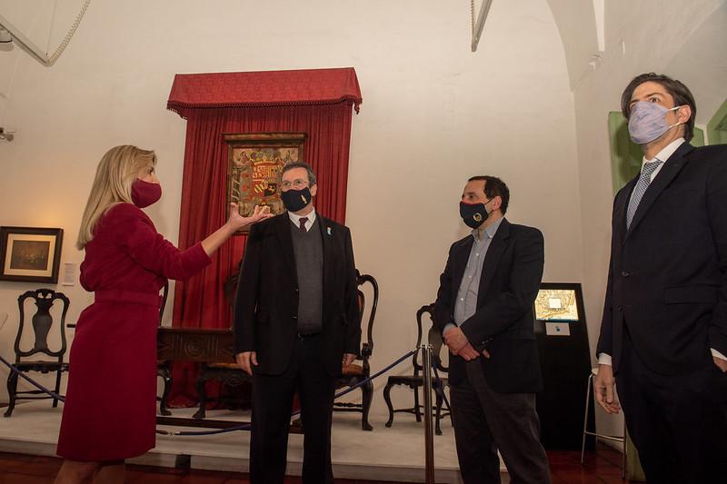 El Cabildo iluminado para homenajear a las maestras y maestros en su día