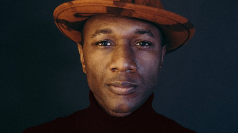 Aloe Blacc comparte una oda a la perseverancia y unidad con «Hold On Tight»