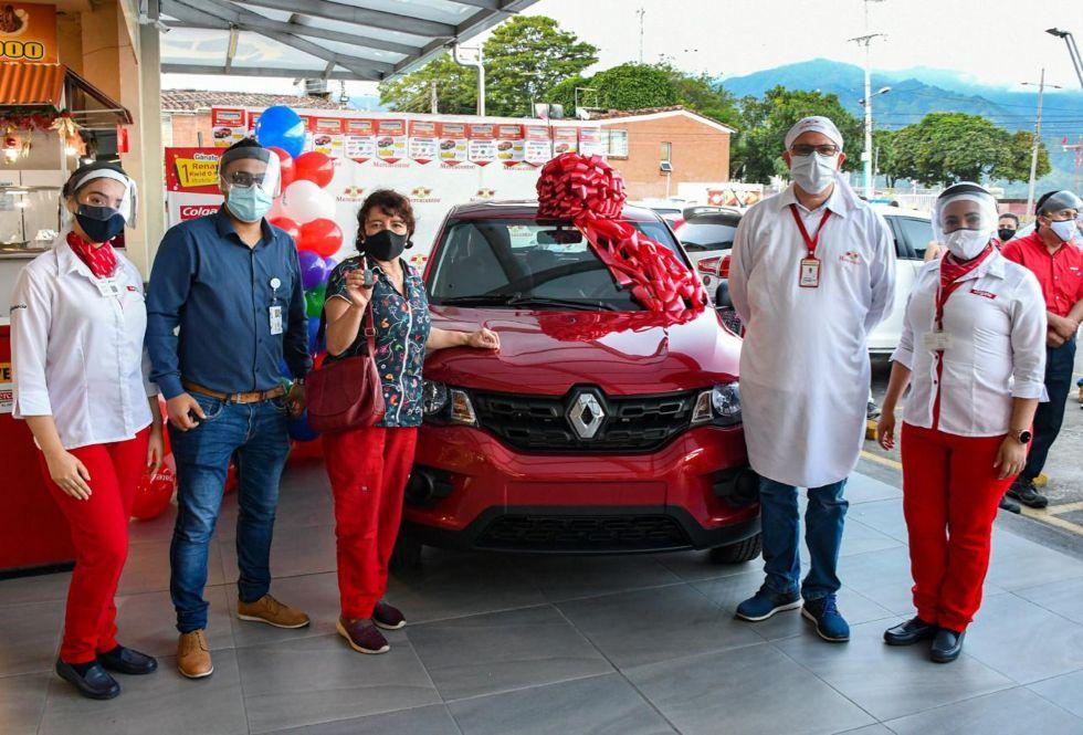 Hoy hay una nueva cliente feliz con su nuevo carro Kwid gracias a Mercacentro 1