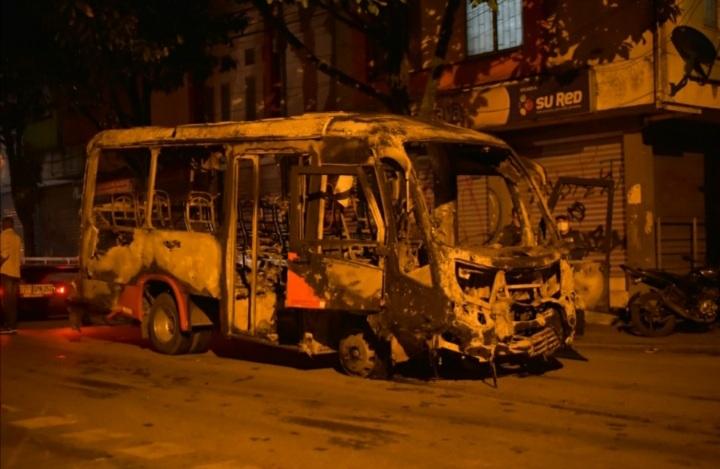 Bus incinerado y cinco capturas resultado de vandálismo en ibagué. 1