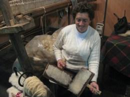 Dona Ana a cardar a lã para tecer cobertores de papa