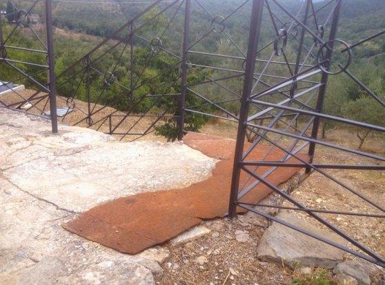 Dettaglio di ringhiera e scale restaurate con componenti in ferro