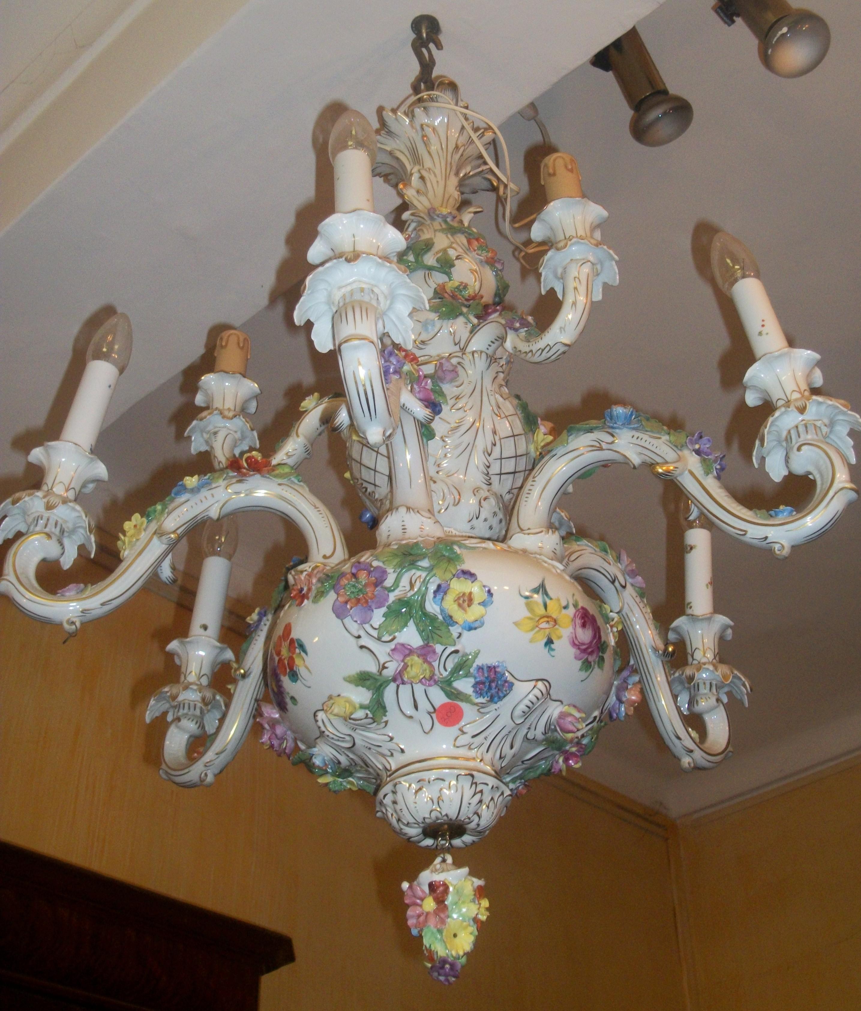 Lampadario in ceramica smaltata e parzialmente dorata, lavorata a motivi fitomorfi. Lampadario In Ceramica Pierpaolo Sciacchitano