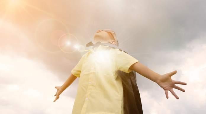 un enfant heureux est un enfant super heros avec des super pouvoirs