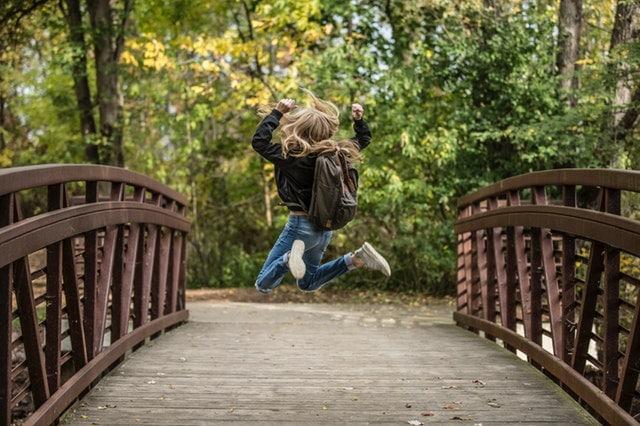 enfant et parents heureux de plus avoir de conflits et disputes dans la fratrie, enfant saute sur pont, joie