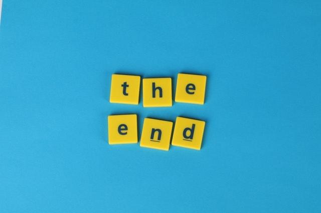 la fin - the end - scrabble lettres jaunes sur fond bleu