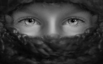 regard homme adolescent introverti confiance en soi estime de soi timidité noir et blanc yeux clairs