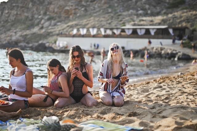 adolscents, adolescentes sur la plage teens on the beach, liberté, confiance en soi, affirmation de soi et communication avec mobile et telephone