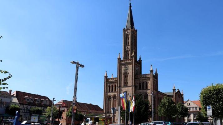 Imposante Stadtkirche auf dem Marktplatz von Fürstenberg