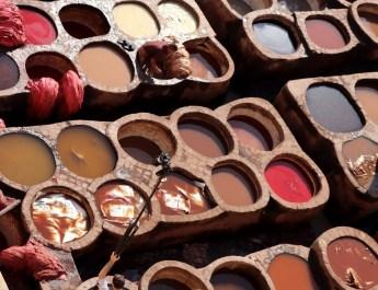 In den Bottichen werden Häute gefärbt