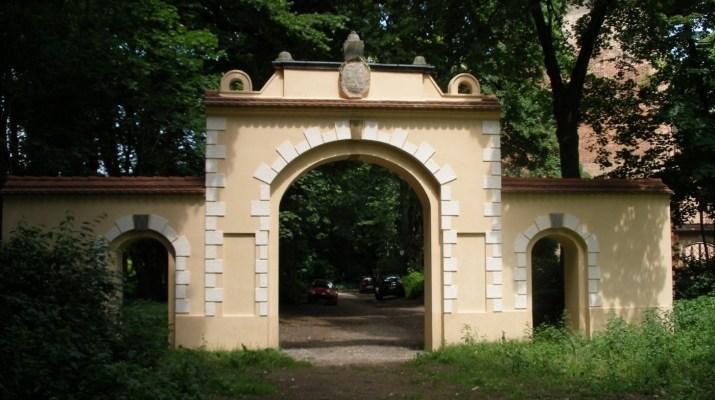 Altes Eingangsportal vor der alten Dorfkirche in Kleinmachnow