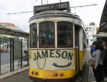 Historischer Straßenbahnwagen der Linie 12 am Martim Moniz