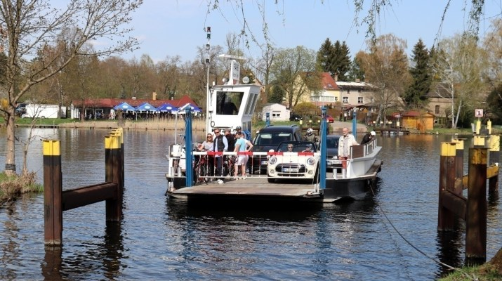 Ankunft der Fähre am Ufer von Schmergow