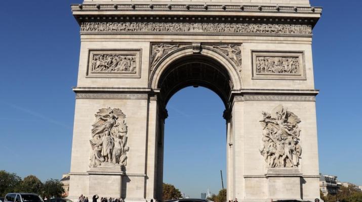 Der Arc de Triomph ist der größte Triumphbogen der Wel