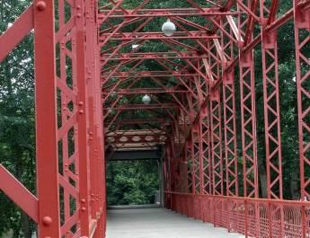 Rote Stahlkonstruktion der Sechserbrücke