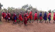 Mit einem Willkommenstanz begrüßen Maasai Gäste